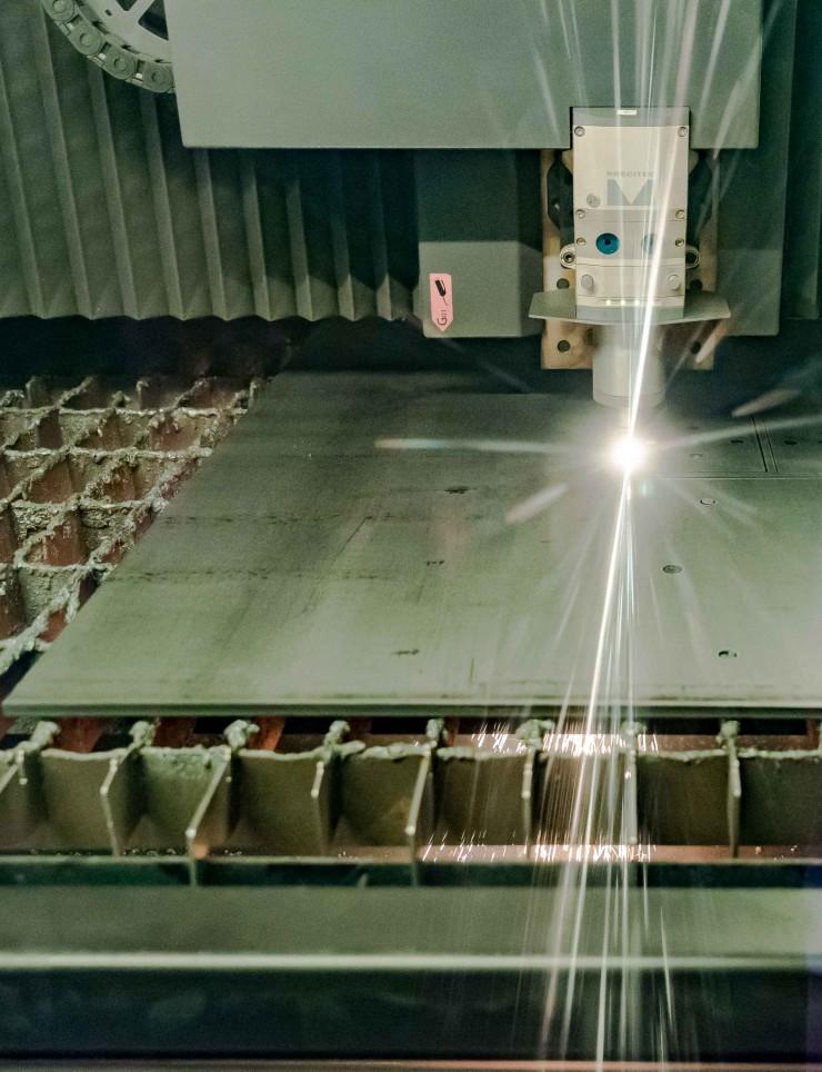 Découpe laser à fibre d'une tôle métallique