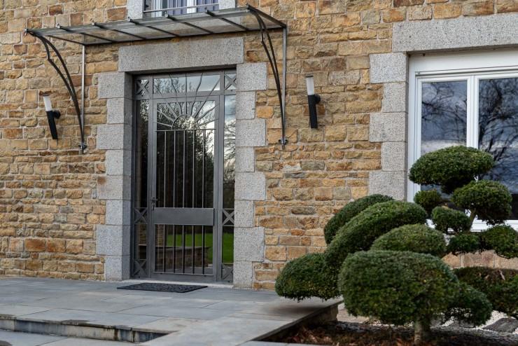 Porte d'entrée menuiserie acier à rupture de pont thermique et vitrage effet miroir