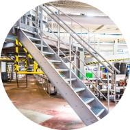 Plate-forme industrielle avec accès pour maintenance des machines