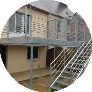 Terrasse metallique avec un escalier-brise-vue