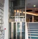 Pylône d'ascenseur structure inox habillée de verre parclosé