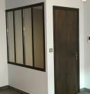 verrière sur alège associée à une porte en acier brut vernis